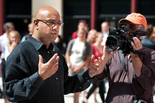 CNN's chief business correspondent Ali Velshi (at right in black shirt) ask questions of UW-madison students commenting about the state of the American economy as a CNN Express video crew tapes the town hall-style meeting in the courtyard of Grainger Hall at the Wisconsin School 的 Business.