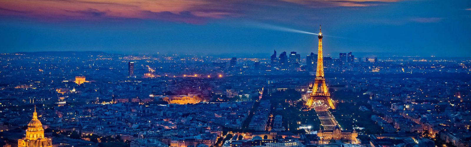 Aerial view 的 Paris, France, at night.