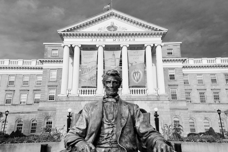 A statue of Abraham Lincoln sits in front 的 Bascom Hall atop Bascom Hill.