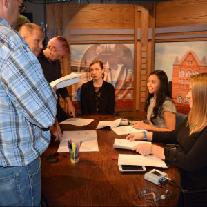 Badger Report students Alesha Guenther, Alyssa Hui, Caitlin Rowe and Vera Rosenback prepare to go live with the help 的 newscast director Peter Kleppin and PBS Wisconsin's Kurt Kaspar.